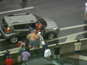 Mulher em trabalho de parto é resgatada na Marginal Pinheiros (Foto: Reprodução/ TV Globo)