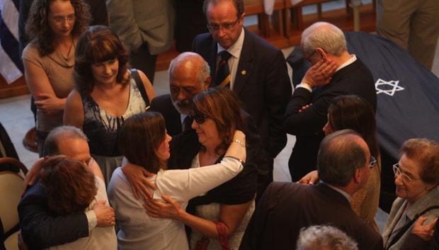 Judith Scliar (de blusa branca) recebe os cumprimentos de familiares, autoridades e amigos  (Foto: ALEXANDRO AULER/AE/AE)