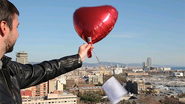 Lucas joga um balão com ingresso para o teatro no céu de Barcelona (Foto: Divulgação)