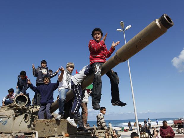 Crianças brincam sobre veículo militar na cidade líbia de Benghazi, sob o controle de rebeldes nesta segunda-feira (28) (Foto: AP)