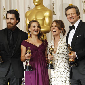 Christian Bale, Natalie Portman, Melissa Leo e Colin Firth com suas estatuetas do Oscar (Foto: AP)