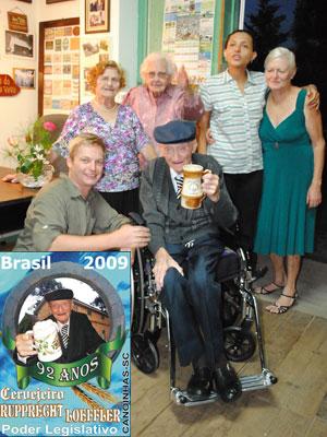 Cervejeiro virou selo dos Correios em 2009 (no destaque) (Foto: Divulgação/Prefeitura Municipal de Canoinhas)
