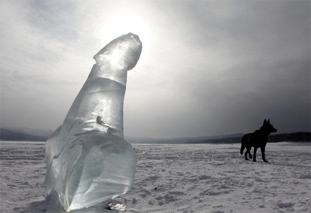 Cão passa ao lado de escultura em forma de pênis encontrada sobre rio congelado na cidade de Krasnoyarsk, na Rússia. De autor desconhecido, escultura trazia apenas a inscrição 'não há peixes' na base (Foto: Ilya Naymushin/Reuters)