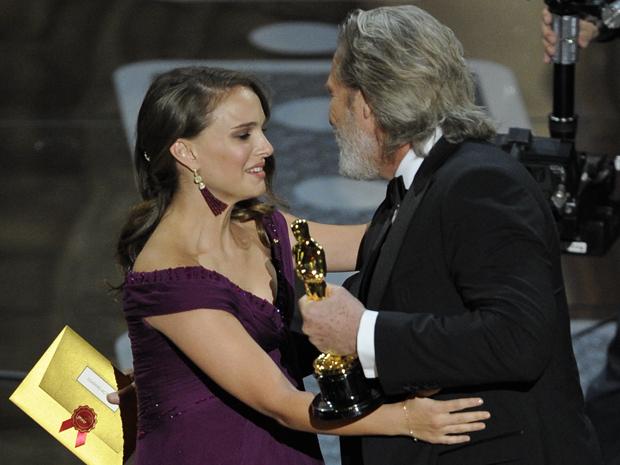 Natalie se emociona ao receber a estatueta de melhor atriz das mães de Jeff Bridges.  (Foto: AP)