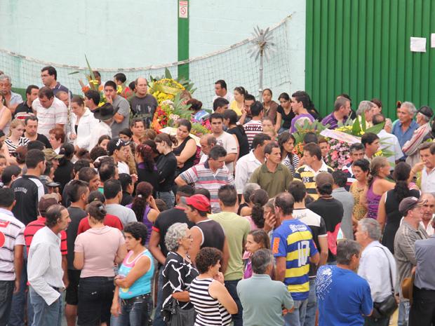 Moradores compareceram ao velório coletivo (Foto: Paulo Toledo Piza/G1)