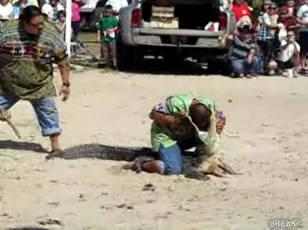 Homem coloca a cabeça na boca de aligátor. (Foto: Reprodução)