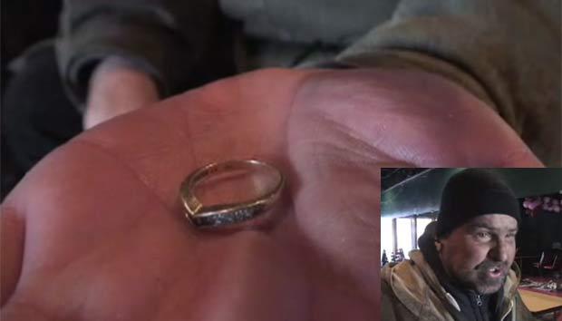 Sem-teto Michael Secaur recebeu um anel junto com moedas. (Foto: Reprodução)