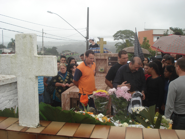 Marido chora no enterro da professora (Foto: Kleber Tomaz/G1)