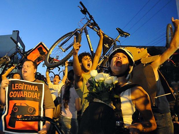Ciclistas participam de protesto realizado na tarde desta terça-feira, em Porto Alegre (RS) (Foto: Edu Andrade/AE)