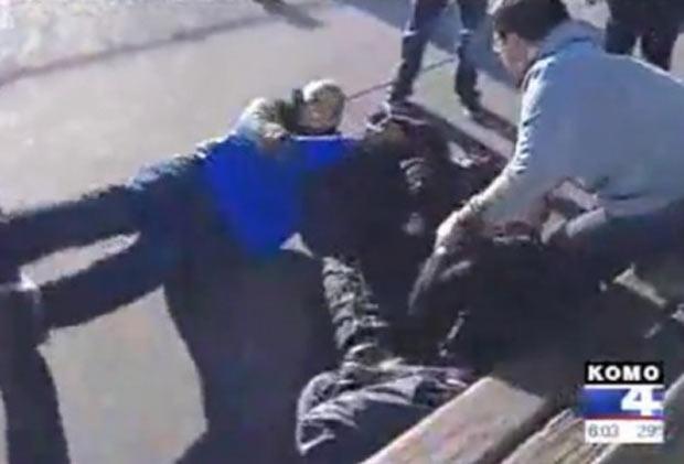 Shomari Stone (de azul) parou a notícia para poder separar briga. (Foto: Reprodução)