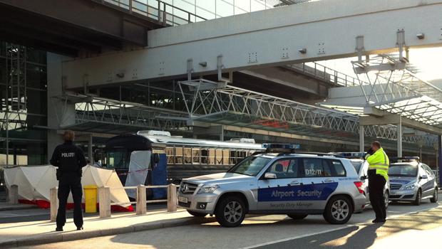 Policiais cerca o ônibus em que ocorreu o incidente no aeroporto alemão de Frankfurt nesta quarta-feira (2) (Foto: AP)