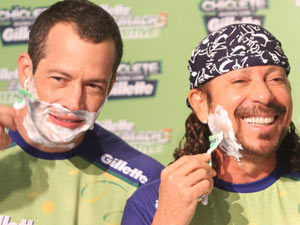 Bell Marquese Malvino Salvador fazem a barba antes do carnaval de Salvador (Foto: Edgar de Souza/G1)