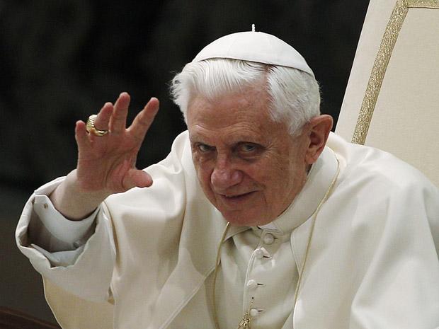 O papa Bento XVI acena durante audiência no Vaticano nesta quarta-feira (2)  (Foto: Tony Gentile / Reuters)