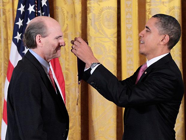 O cantor e compositor James Taylor recebe a Medalha Nacional de Artes do presidente norte-americano Barack Obama (Foto: AP)