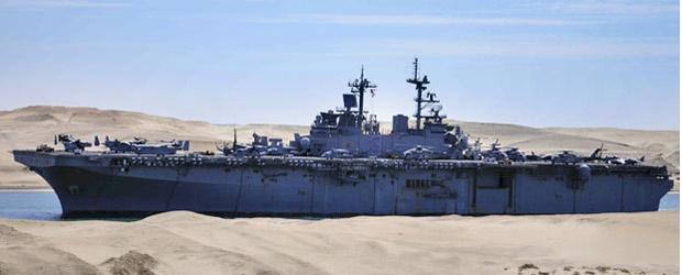 Navio americano USS Kearsarge navega pelo canal de Suez em Ismailia, nesta quarta (2) (Foto: AFP)