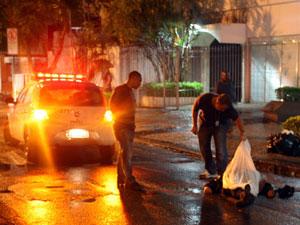 Mãe de Roger baleada em Ipanema (Foto: Marcelo Carnaval / Agência O Globo )