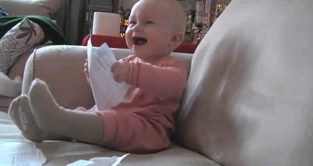 Bebê ri histericamente ao ver o pai rasgar a carta. (Foto: Reprodução)