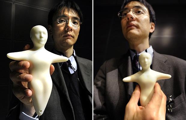 Pesquisador Takashi Minato mostra como funciona o celular em formato de corpo humano (Foto: Yoshikazu Tsuno/AFP)