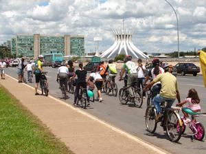 Protesto de ciclistas no Congresso (Foto: G1)