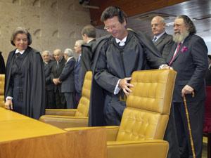 Luiz Fux ao tomar posse nesta quinta-feira (3) como ministro do STF na vaga de Eros Grau (de bengala) (Foto: Carlos Humberto/SCO/STF)