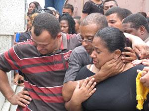 Mãe de Lavínia se emociona durante enterro (Foto: Carolina Lauriano/G1)