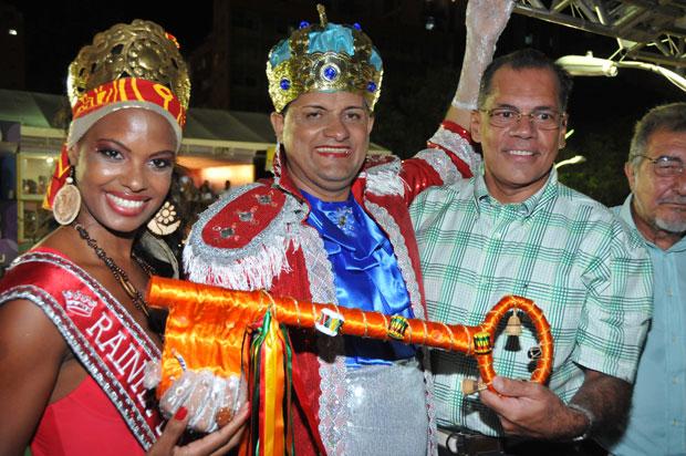 Rei Momo recebe a chave do prefeito João Henrique (Foto: Ricardo Freire/G1)