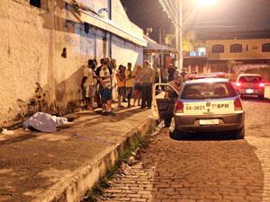 Homem é morto em porta de clube em São Gonçalo (Foto: Alex R./VC no G1)