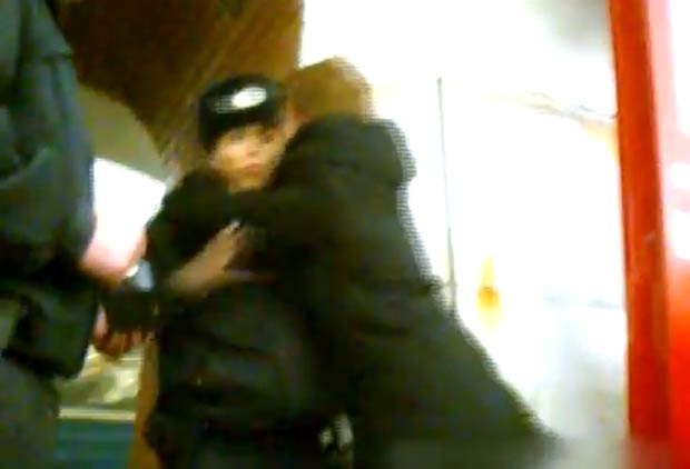 Membros do grupo atacaram os policiais com beijos no metrô de Moscou. (Foto: Reprodução)