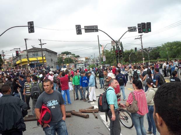 Protesto na M'Boi Mirim, na Zona Sul de São Paulo. (Foto: Stefanie Medeiros/VC no G1)