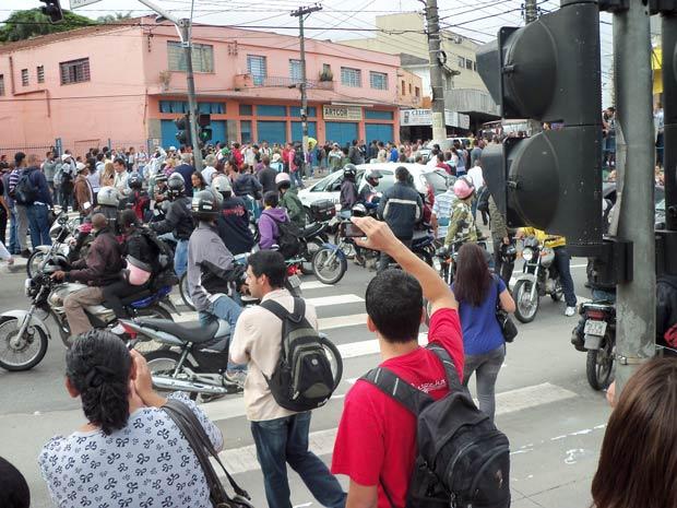Protesto gera caos e confusão na estrada do M'Boi Mirim. (Foto: Stefanie Medeiros/VC no G1)