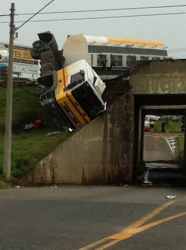 Acidente ocorreu na rodovia Dom Pedro, em Campinas. (Foto: Rogerio Rodrigues Urbano/VC no G1)