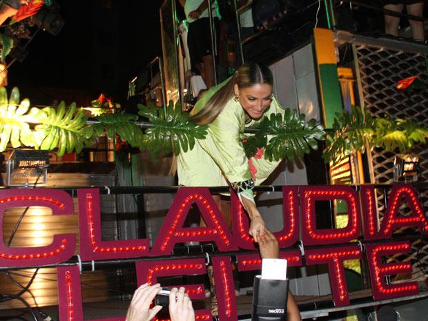 Claudia pega presente de fã antes de show (Foto: Edgar de Souza/G1)