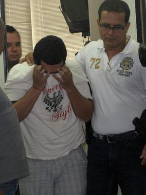 Estudante Alex Sandro chegou é escoltado por agentes da DRCCSP durante depoimento (Foto: Tássia Thum/G1)