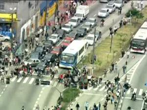 Manifestação na Zona Sul de São Paulo (Foto: Reprodução / TV Globo)