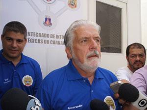 Governador Jaques Wagner (centro) e Maurício Barbosa, secretário de Segurança Pública (esq.) (Foto: Glauco Araújo/G1)