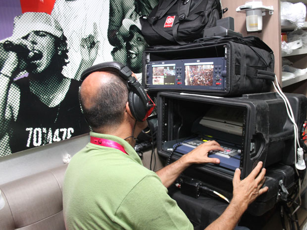 Equipe da TVCL transmite carnaval de Claudia Leitte em tempo real (Foto: Edgar de Souza/G1)