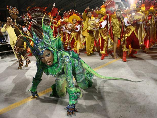 Adriana Bombom desfilou fantasiada de iguana (Foto: Daigo Oliva/G1)