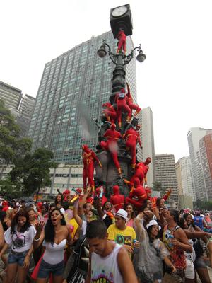 Grupo de 'super-heróis' escala monumento no Centro do Rio (Foto: Fábio Motta/AE)