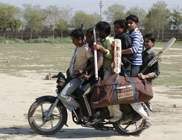 Seis homens foram flagrados andando em uma moto superlotada em Noida.  (Foto: Parivartan Sharma/Reuters)