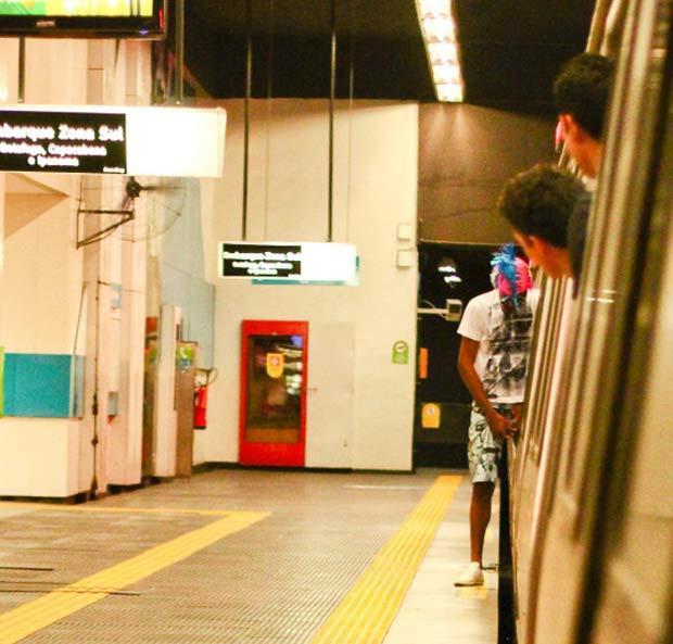 Um folião foi flagrado no sábado (5) fazendo xixi na estação de metrô do Largo do Machado, no Rio. (Foto: Raphael de Carvalho Marinho/VC no G1)