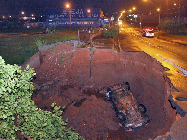 Carro cai em cratera aberta pela chuva em São José do Rio Preto (Foto: Sidnei Costa/Agência BOM DIA)