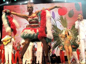 A atriz Cris Vianna faz sua estreia como rainha (Foto: Rodrigo Vianna/G1)
