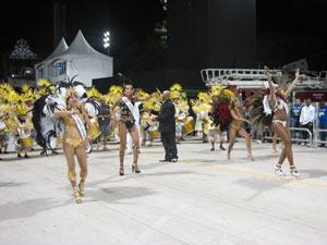 Musas desfilam à frente da bateria da Torcida Jovem Santista (Foto: Juliana Cardilli/G1)