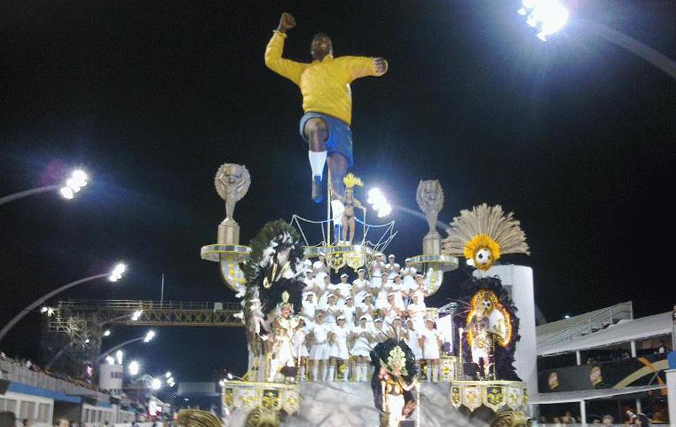 Carro da Torcida Jovem que homenageia a forma como Pelé comemora seus gols (Foto: Juliana Cardilli/G1)