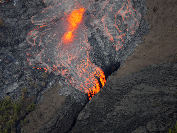 Lava é expelida do orifício Pu'u O'o, do vulcão Kilauea, neste domingo (6) (Foto: AP)