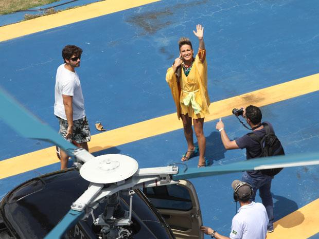 Claudia Leitte desembarca do helicóptero antes de chegar ao trio elétrico (Foto: Edgar de Souza/G1)