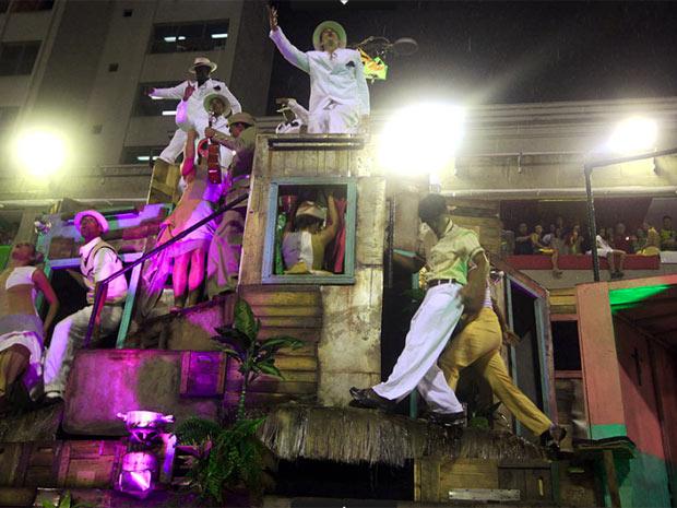Comissão de frente da verde e rosa, que trouxe o morro para a avenida (Foto: Luciola Villela / G1)
