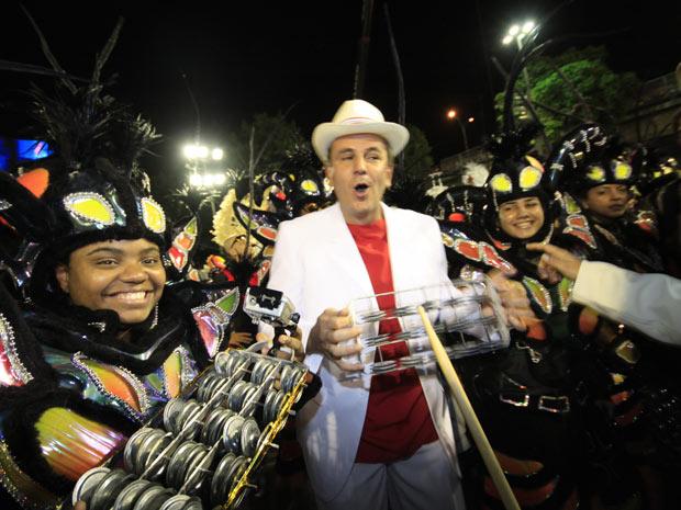 O prefeito do Rio, Eduardo Paes, é um dos integrantes da bateria (Foto: Luciola Villela/G1)