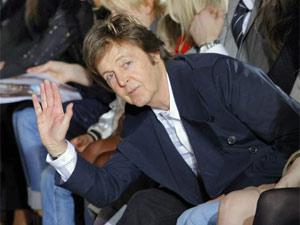O ex-beatle Paul McCartney prestigiou o desfile da grife da filha Stella McCartney realizado nesta segunda-feira (7) na Semana de Moda prêt-à-porter de Paris (Foto: Jacques Brinon/AP)