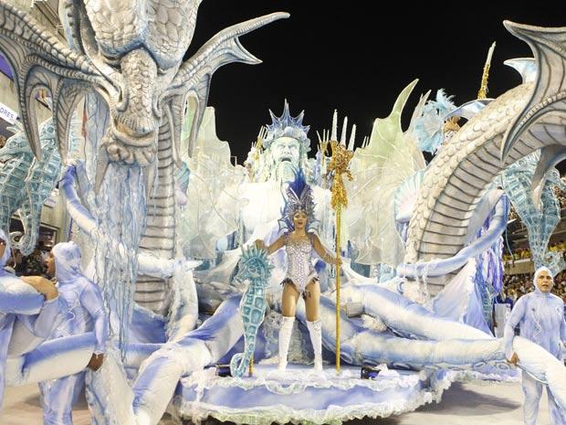 Criaturas marinhas invadiram a passarela durante o desfile da azul e branca (Foto: Rodrigo Gorosito / G1)